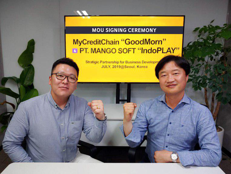 From the left, CEO Lee Jihoon of Mango Soft and CEO Kim Woosik of MyCreditChain