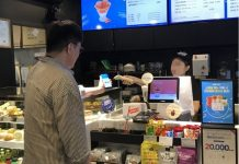 A consumer makes a payment using cryptocurrencies in the Huobi Blockchain Coffee House. (Source=Huobi Korea)